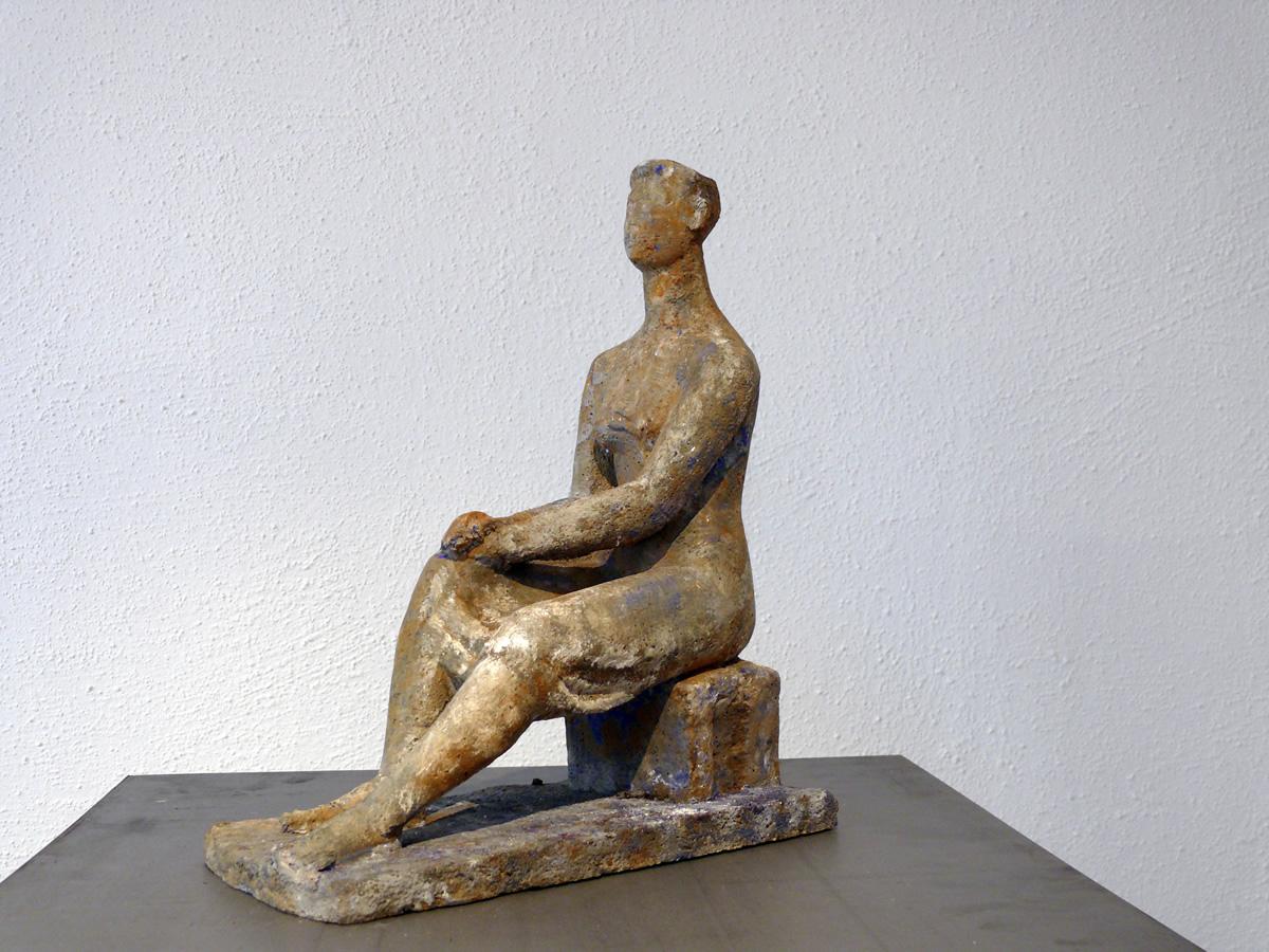 Sitzende Frau, Steinguss, Höhe 37 cm, Breite 30 cm, Tiefe 15 cm