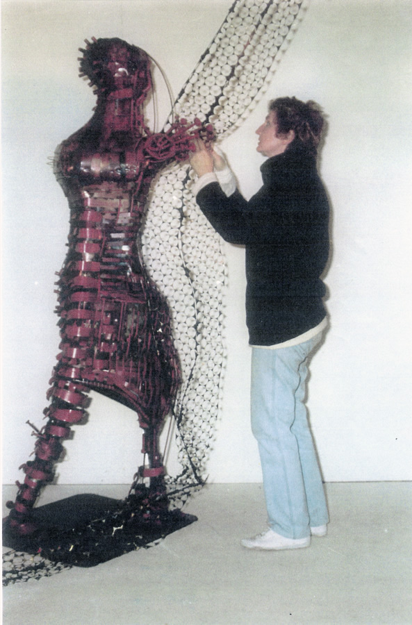 Frau mit Netz, Schweißplastik, 210 cm, Ausstellungsort Fraktionsgebäude des Saarlandes