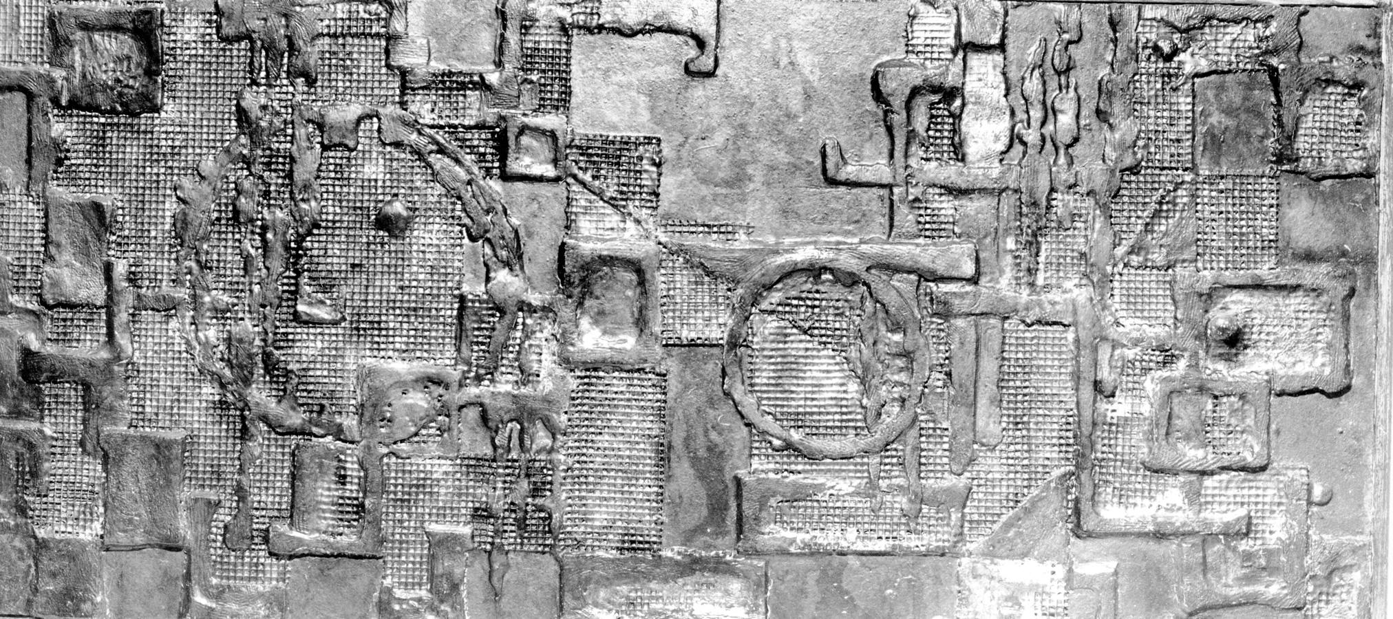 Abstraktes und Figürliches Relief, Maschendraht, Spachtelmasse, Farbe und Blattsilber, Höhe 120 cm, Breite 60 cm